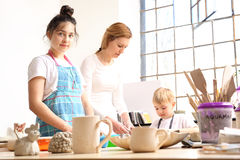 Animatieklassen voor kinderen, keramiek en klei stock afbeeldingen
