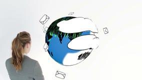 Animation colorée montrant des enveloppes entourant la terre et une femme d'affaires banque de vidéos