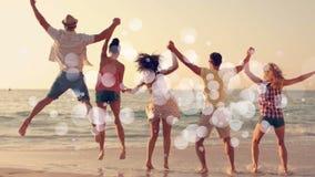 Animation de Digital des amis sautant de nouveau à la caméra, devant les mains de mer aux mains sur le coucher du soleil à clips vidéos