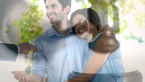 Animation de Digital des couples heureux recevant les clés de maison du vrai agent immobilier banque de vidéos