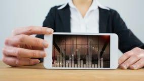 Animation de Digital du graphique de gestion étant mis en rouleau sur l'écran numérique de comprimé clips vidéos