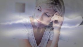 Animation de Digital de la femme supérieure réfléchie s'asseyant sur le lit avec la main sur la tête banque de vidéos