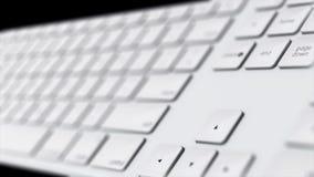 Animation en gros plan des boutons blancs de clavier d'ordinateur Tournez le clavier blanc dans l'espace d'isolement Concept d'or images libres de droits