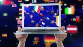 Animation européenne de drapeaux sur l'écran d'ordinateur portable clips vidéos