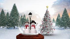 Animation mignonne de Noël des couples de bonhomme de neige en globe de neige dans la forêt magique clips vidéos