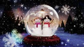 Animation mignonne de Noël des couples de bonhomme de neige en globe de neige dans la forêt magique banque de vidéos