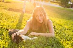 Animaux familiers et concept de propriétaire - belle fille jouant avec un chat dans l'herbe Photos libres de droits