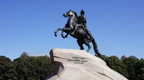Animaux, un homme à cheval, une statue, fortement photos libres de droits