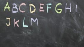 Animazione di alfabeto sulla lavagna 1080p 60fps video d archivio