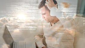 Animazione di Digital dell'uomo preoccupato con la mano in capelli facendo uso del computer portatile archivi video
