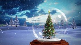 Animazione di Natale dell'albero di Natale decorativo in globo della neve in foresta magica illustrazione di stock