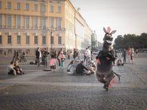Animering av tecknad filmtecken Animering av tecknade filmer i mitten av St Petersburg St Petersburg Sommar 2017 Royaltyfria Bilder