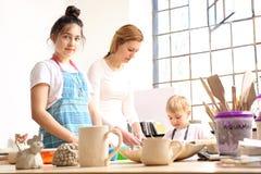 Animeringgrupper för barn, keramik och lera arkivbilder