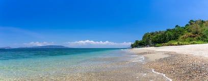 Aninuanstrand, Puerto Galera, Oosterse Mindoro in de Filippijnen, panoramische brede mening royalty-vrije stock afbeelding