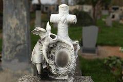 anioł bezgłowy Zniszczony nagrobek przy zaniechanym cmentarzem zdjęcia stock