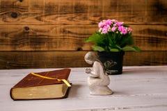 Anioł kwiaty i biblia i obraz stock