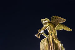 Anioł statua odizolowywająca bawić się instrument muzycznego Zdjęcia Royalty Free