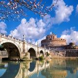 Anioła kasztel z okwitnięcia drzewem w Rzym, Włochy obrazy royalty free