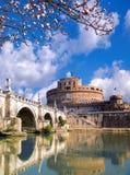 Anioła kasztel z okwitnięcia drzewem w Rzym, Włochy fotografia stock