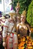 Aniołowie i gigant wśród kwiatów Zdjęcia Royalty Free