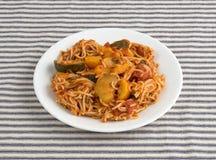 Anioła włosiany makaron z zucchini i szpinakiem na talerzu Obrazy Royalty Free