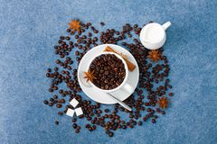 Anis κανέλας κουταλιών ζάχαρης γάλακτος φλιτζανιών του καφέ Στοκ Εικόνες