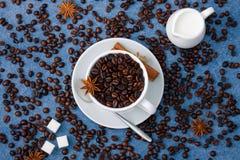 Anis κανέλας κουταλιών ζάχαρης γάλακτος φλιτζανιών του καφέ Στοκ φωτογραφίες με δικαίωμα ελεύθερης χρήσης