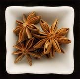Anis d'étoile d'épice dans une cuvette en céramique. Photos libres de droits