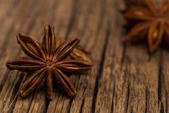 Anis d'étoile sur la vieille table en bois Photographie stock