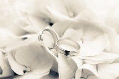 Anéis de casamento com flores Imagens de Stock