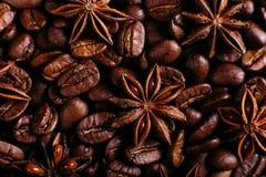 Anis de estrela e feijões de café na mesa de cozinha Especiarias perfumadas para a bebida do café, fundo do close up imagens de stock