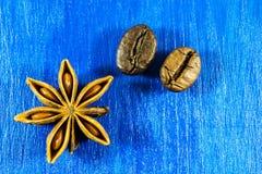Anis de estrela e feijões de café no fundo de madeira Fotos de Stock Royalty Free