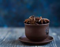 Anis de estrela em um copo em um fundo de madeira escuro Foto de Stock Royalty Free