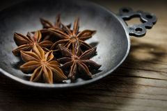 Anis de estrela em uma bacia do metal do vintage na madeira rústica, close up Fotos de Stock Royalty Free