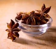 Anis de estrela na bacia de vidro na tabela de madeira Imagem de Stock Royalty Free