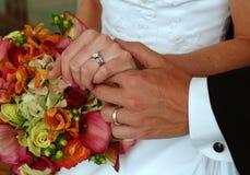 Anéis e flores de casamento Foto de Stock