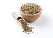 Anis i tr?bunke och skopan som isoleras p? vit bakgrund Kryddor och matingredienser royaltyfri bild