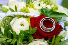 Anéis no ramalhete do casamento das rosas Imagem de Stock Royalty Free