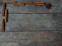 Anis och kanelbruna pinnar på träbakgrund Arkivfoton