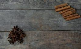 Anis och kanelbruna pinnar på träbakgrund Royaltyfria Foton
