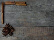 Anis och kanelbruna pinnar på träbakgrund Royaltyfri Foto