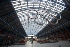 Anéis olímpicos na estação de trilho do St Pancras Imagem de Stock