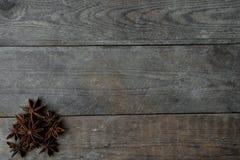 anis på träbakgrund Arkivfoton