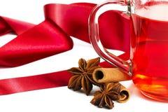 Anis parcialmente vermelho da canela do chá e fita vermelha Foto de Stock