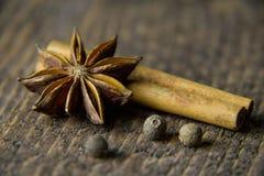 anis sur un fond en bois dans des couleurs chaudes Images stock