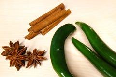 Anis verde do pimento, da canela e de estrela em um quadro-negro Fotos de Stock