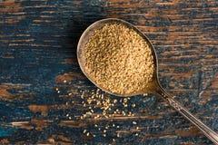 Anise Seeds op een Uitstekende Lepel stock fotografie