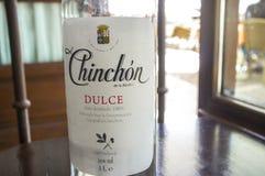 Anisettefles bij hoofd vierkante koffie van Chinchon, Spanje wordt gediend dat Stock Afbeeldingen