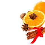 Anisstjärnan, den kanelbruna pinnen och den nya apelsinen, jul kryddar f Fotografering för Bildbyråer