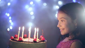 Aniversário da menina funde para fora velas no bolo Fundo de Bokeh vídeos de arquivo